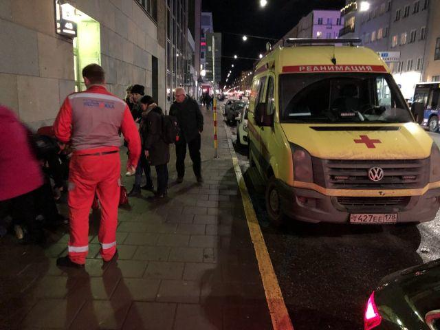 В Стокгольме врачи питерской скорой помощи спасли мужчину (2 фото)