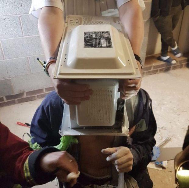 Спасатели более часа извлекали голову парня из микроволновки (4 фото)