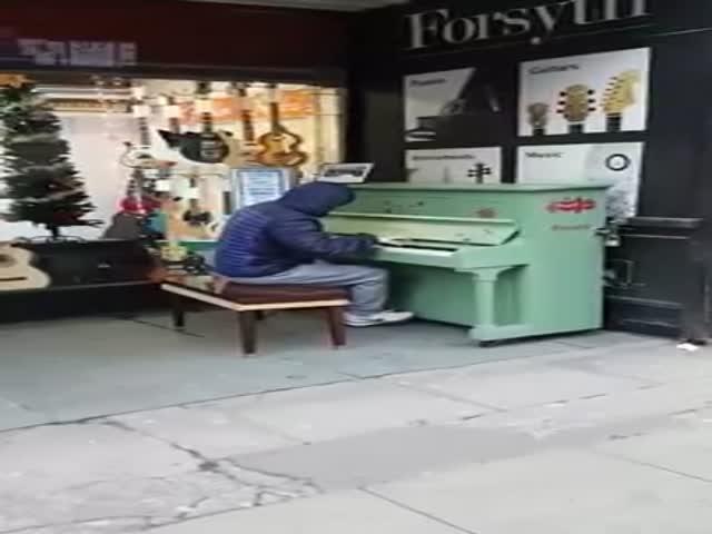 Талантливый пианист исполняет популярные мелодии
