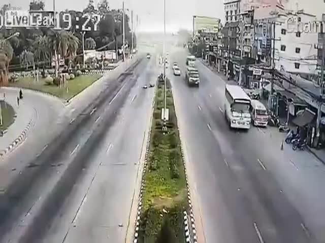 Отлетевшая от грузовика покрышка сбила мотоциклиста