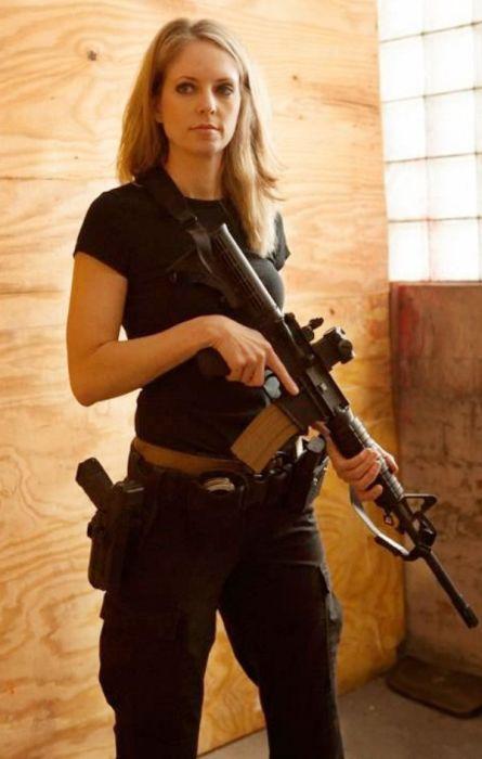 Девушки-военнослужащие и девушки с оружием (52 фото)