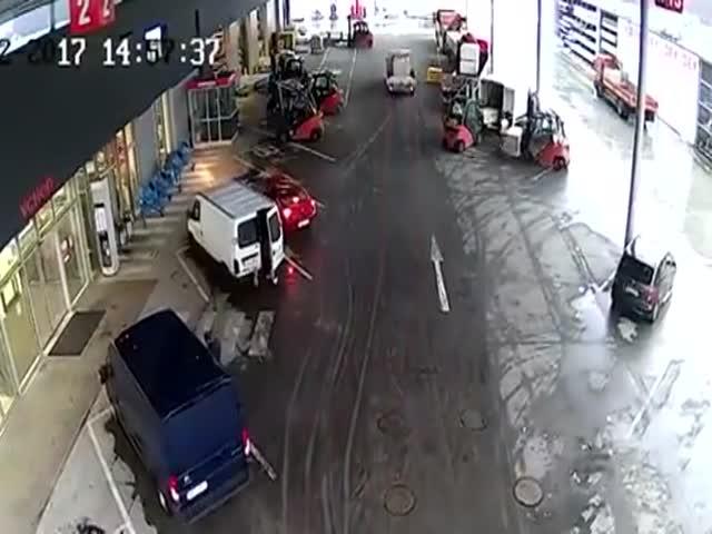 Работники склада заблокировали машину грабителей
