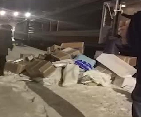 «Почта России» выгружает посылки из поезда в автомобиль