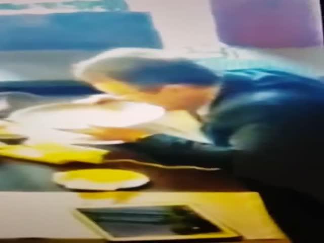 Депутат Верховной Рады Украины Антон Геращенко вылизал тарелку
