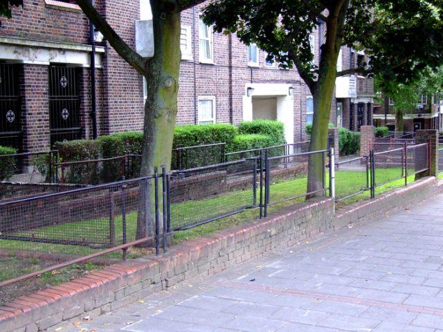 Лондонские ограждения из носилок (5 фото)