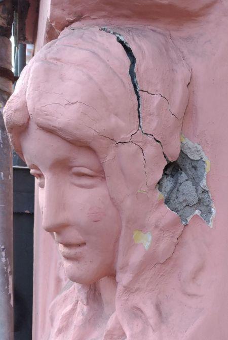 В Санкт-Петербурге неизвестные самовольно «отреставрировали» барельеф дома Николаевых (2 фото)