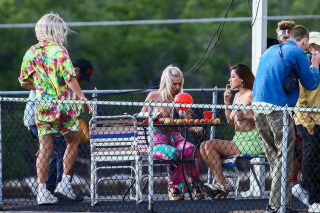 Мэттью Макконахи с девушками топлес на съемках новой комедии (7 фото)