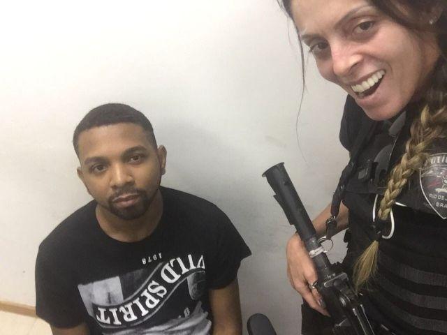 В Бразилии полицейские устроили фотосессию с самым разыскиваемым преступником (3 фото)