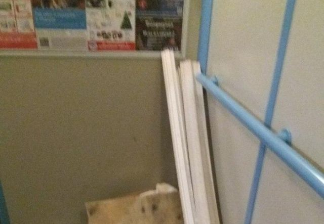 Наказание для соседей, которые не любят выносить свой мусор (3 фото)