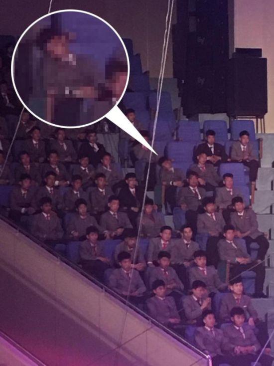 Чего нельзя делать на публичных мероприятиях в Северной Корее (2 фото)