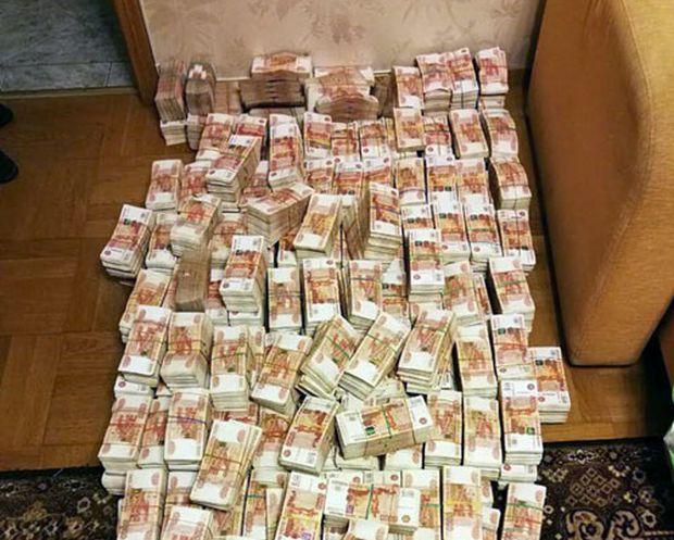 При обыске питерской квартиры полицейские обнаружили 605 млн рублей в старом диване (2 фото + видео)
