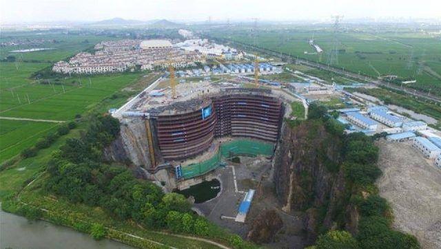 Отель Songjiang InterContinental в заброшенном карьере (11 фото)