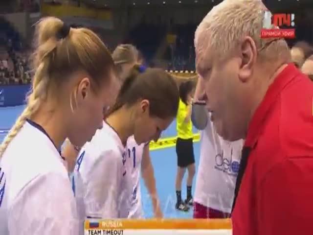 Тренер женской сборной России по гандболу Евгений Трефилов кричит на подчиненных