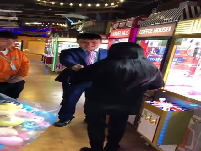 Девушка решила разорить владельцев игрового автомата