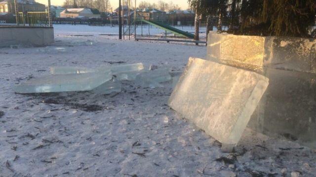 В Башкирии вандалы разбили ледяные плиты для ледяного городка (3 фото)
