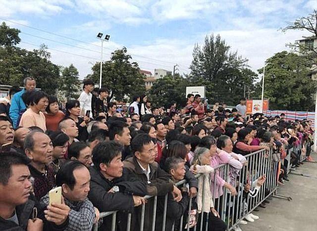 В Китае провели показательную казнь (4 фото + 2 видео)