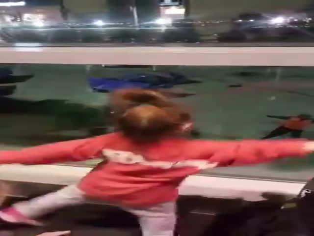 Сотрудник аэропорта Далласа развлек детей