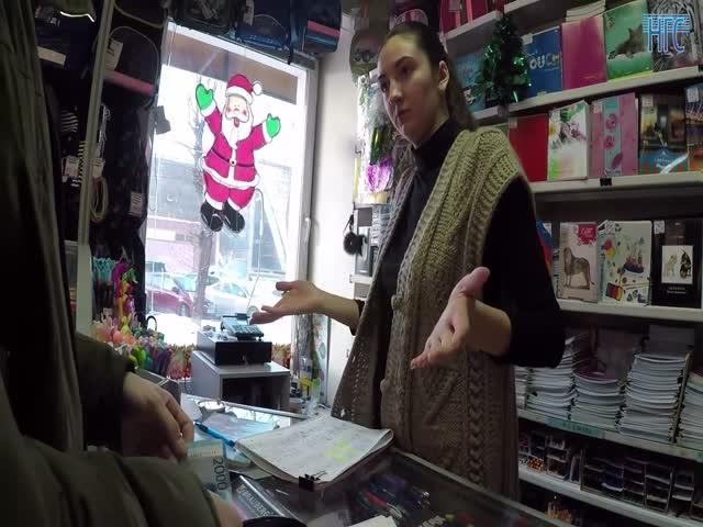 Продавец отказалась принимать купюру в 2000 рублей и вызвала охрану