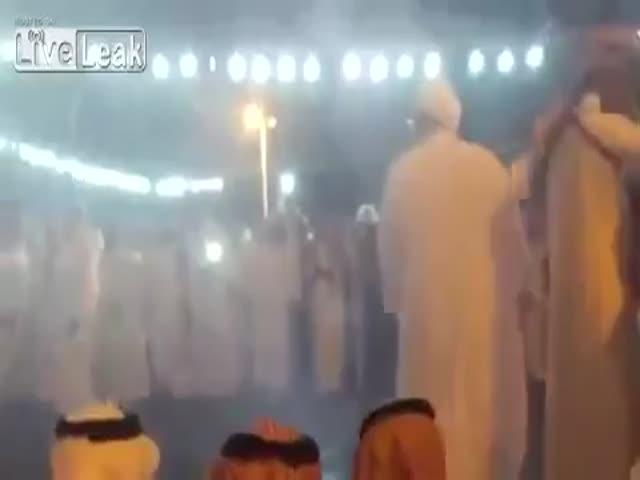 Танец на свадьбе в Саудовской Аравии едва не стоил жизни танцору