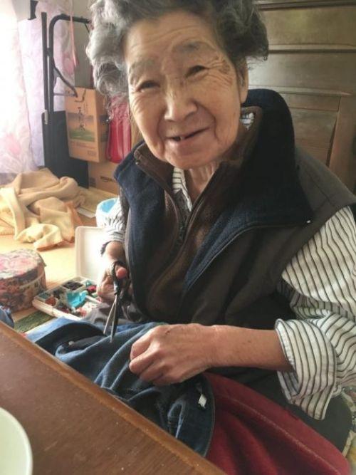 Бабушка зашила рваные джинсы внучки, чтобы не замерзала (3 фото)