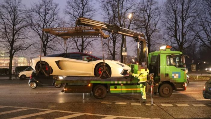 У бывшего футболиста Тима Визе отобрали слишком шумный суперкар Lamborghini (6 фото)