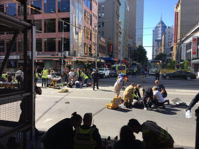В Мельбурне автомобиль врезался в толпу людей
