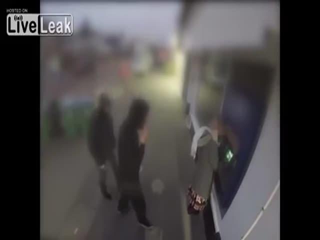 Мужчина спас жену от грабителей
