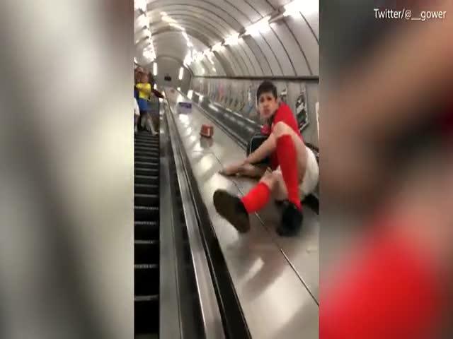 Как не стоит спускаться по эскалатору