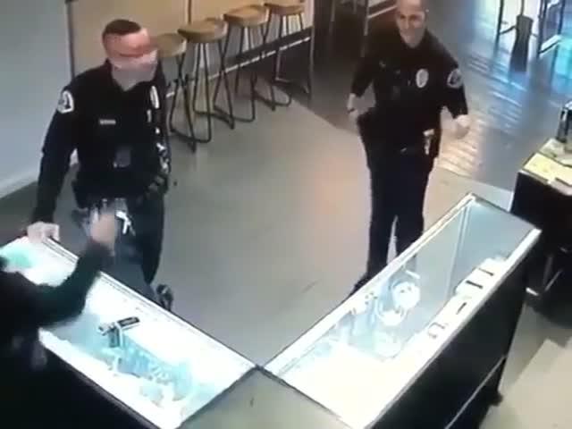 Полицейский явно выбрал не тот род деятельности