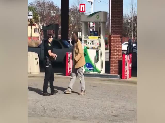 В США случайные прохожие помогли женщине-полицейскому задержать подозреваемого