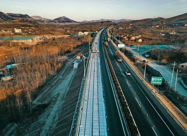 В Китае построили дорогу из солнечных батарей (6 фото)