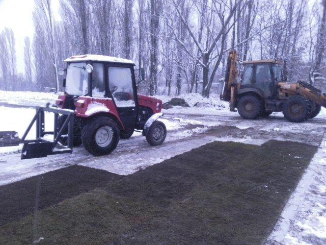 В Саратове новый газон постелили на заснеженный стадион «Авангард» (4 фото)