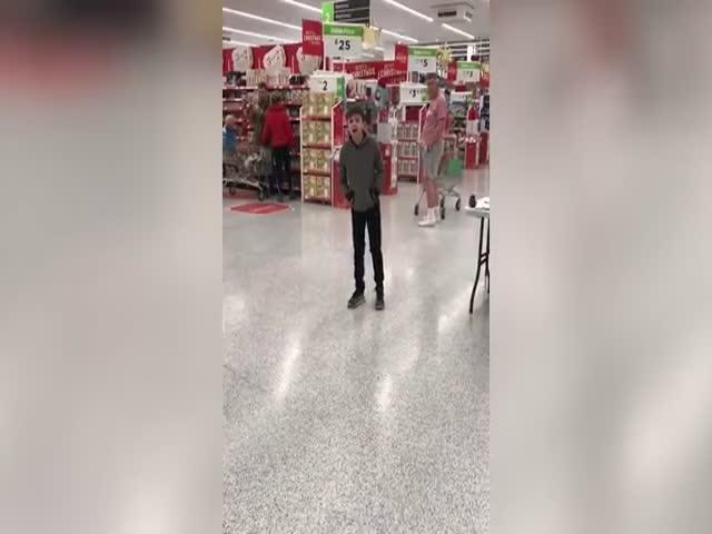 Талантливый мальчик поет песню Who's Lovin You в супермаркете