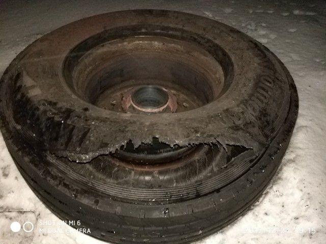 Последствия столкновения с отлетевшим колесом от фуры (3 фото)