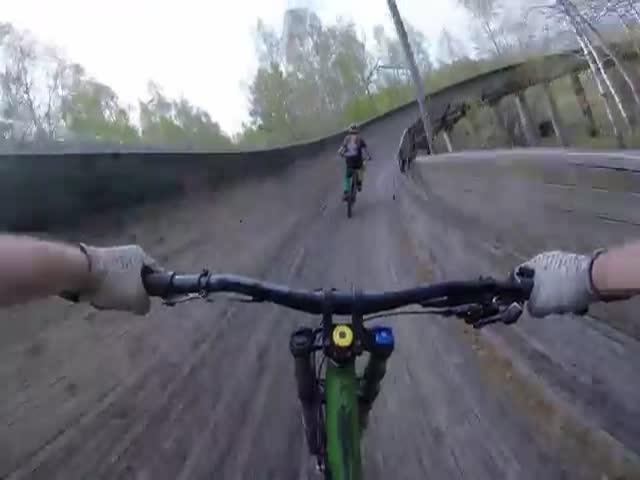 Спуск по бобслейной трассе на велосипедах