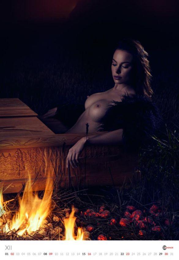 Эротический календарь польского производителя гробов (13 фото)