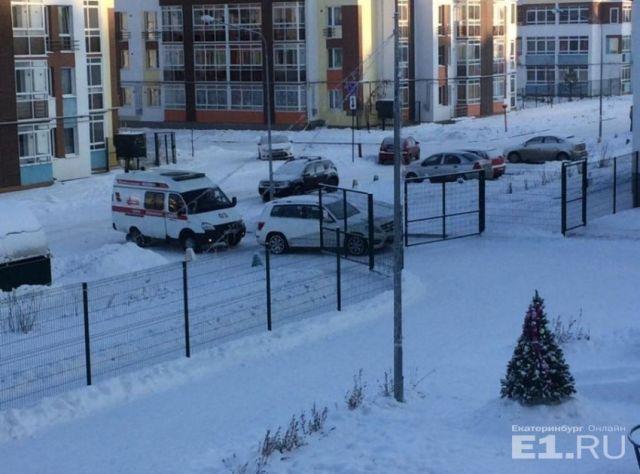Автомобиль спортсменки Юлии Скоковой заблокировал проезд скорой помощи (2 фото)