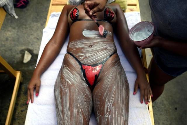 Бразильский загар в бикини из изоленты (4 фото)