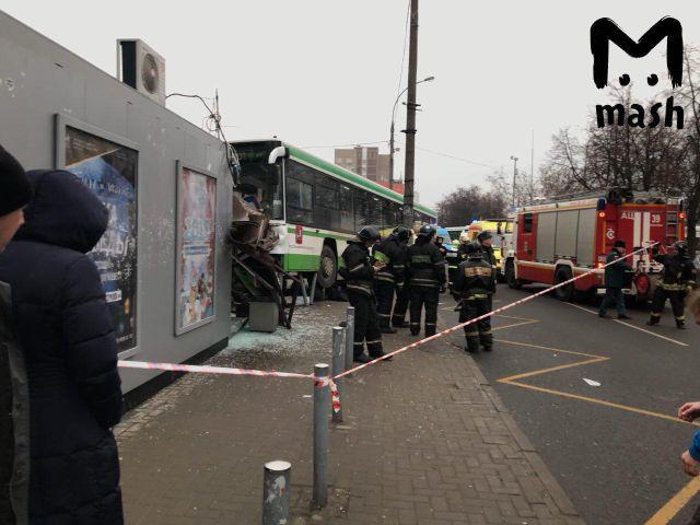 В Москве автобус врезался в остановку (6 фото + видео)