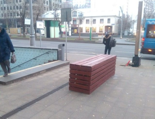 В Москве стали устанавливать бетонные блоки перед спусками подземных переходов (4 фото)