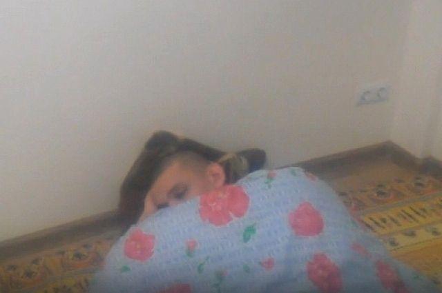 «Ирония судьбы» в реальной жизни: женщина обнаружила неизвестного парня, спящего под елкой (2 фото)