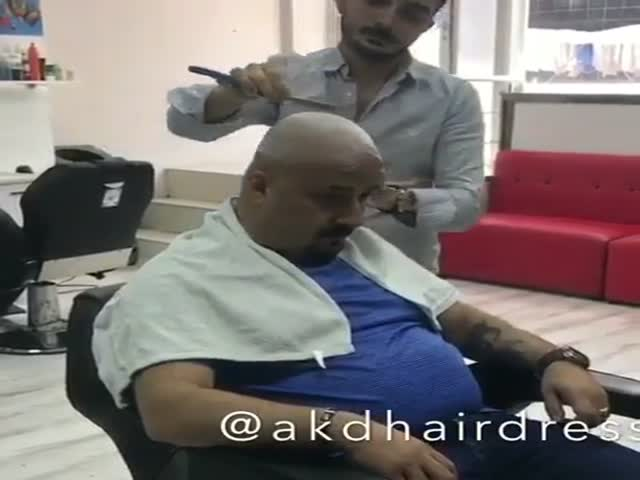 Клиент решил разыграть парикмахера