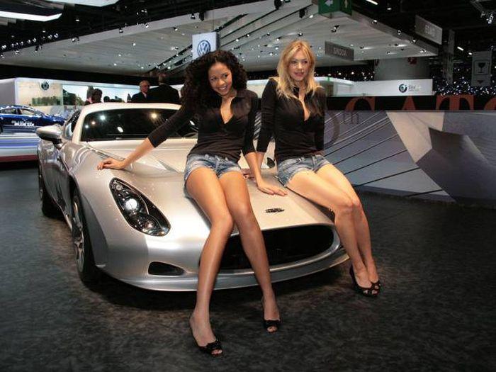 Девушки с автовыставок (47 фото)