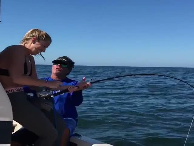 Девушка поймала огромную рыбу