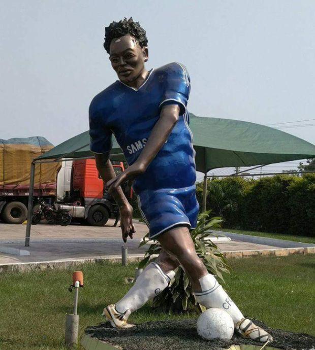 Худшей вещью 2018-го года назвали статую ганского футболиста Майкла Эссьена (2 фото)