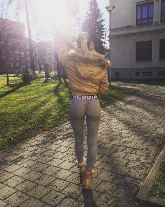 Девушки в обтягивающих штанах (34 фото)