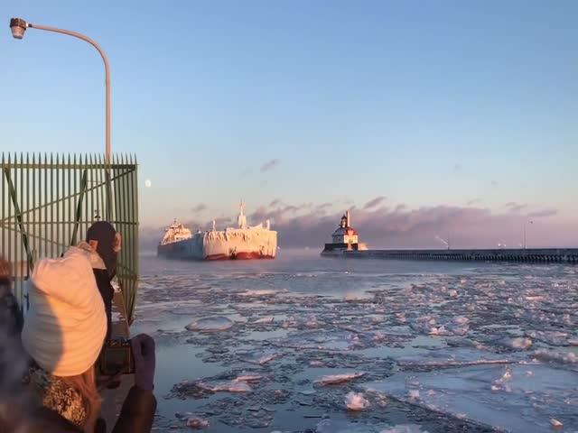 Корабль превратился в гигантский айсберг