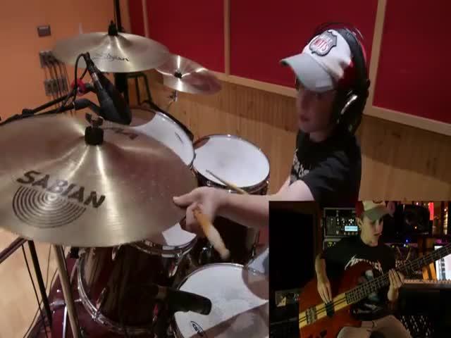 13-летний музыкант сыграл песню Master Of Puppets - Metallica