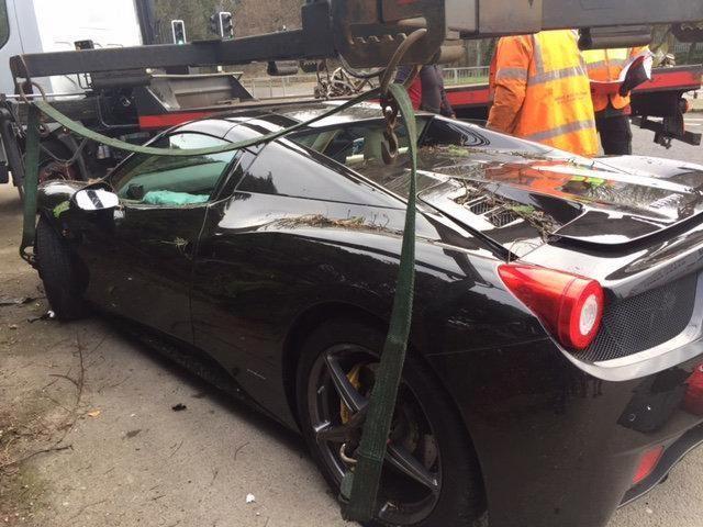 Ferrari 458 Spider въехал в сад (6 фото)