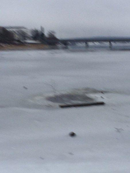 Спасение собаки, провалившейся под лед (2 фото + видео)